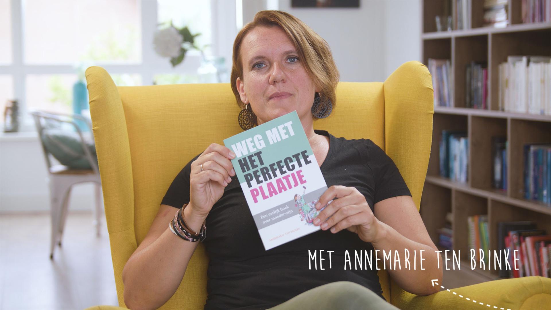 Annemarie ten Brinke met haar boek 'Weg met het perfecte plaatje'.