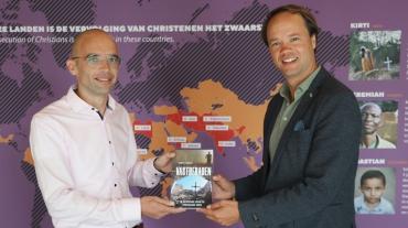Simon-Visser-overhandigt-boek-aan-Henk-Stoorvogel